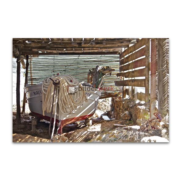 Fischerboot im Schatten