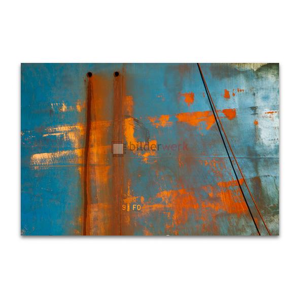 Rost auf blauer Wand
