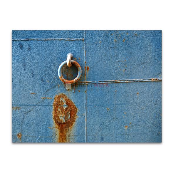 Blaue Wand mit Rostring