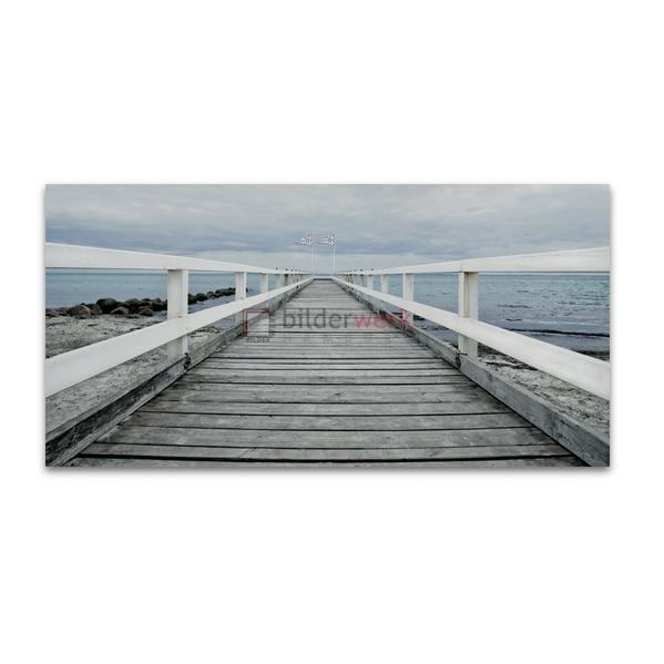 Seebrücke mit Fahnen